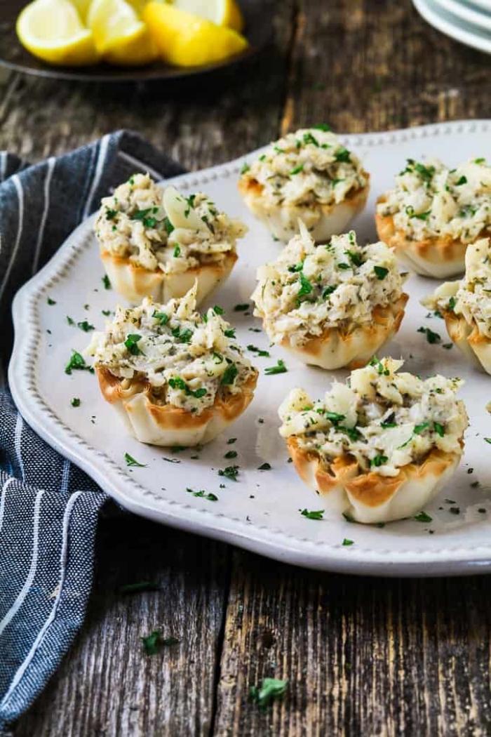 vaganes fingerfood ideen, tartaletas mit vegan käse und brotkrummen, party snacks