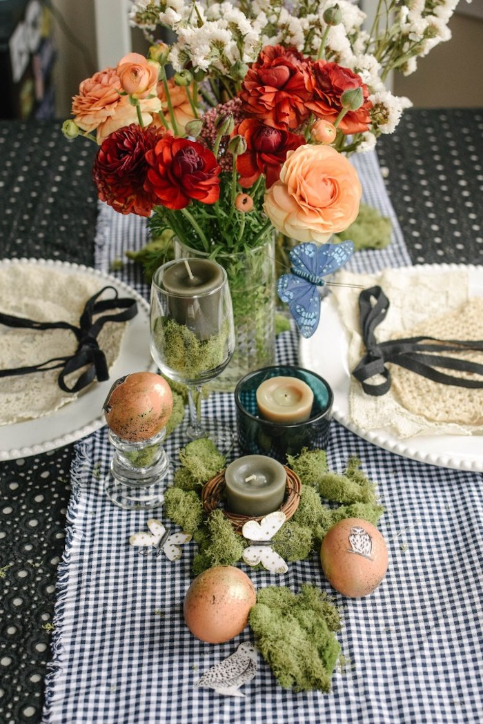 Tischdeko zu Ostern, Ostereier mit Uhu Aufklebern, Kerzenhalter mit Moos und Schmetterlingen aus Papier, bunte Blumen in Einmachglas
