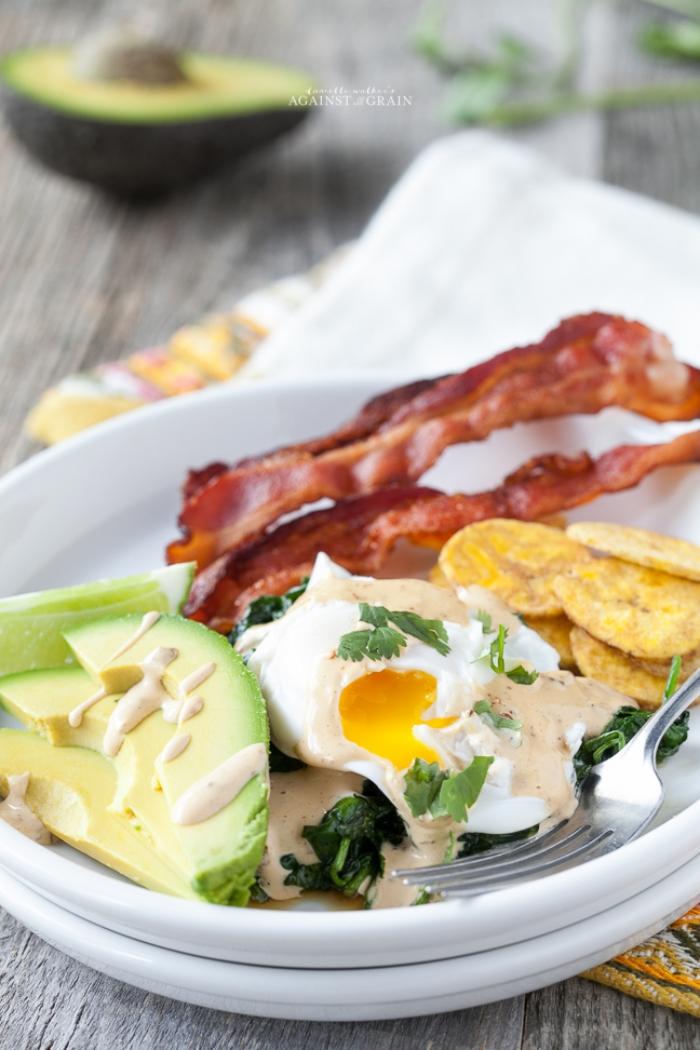 eier mit avocado, und bacon, was gehört zu einem brunch, frühstücksideen zum abnehmen
