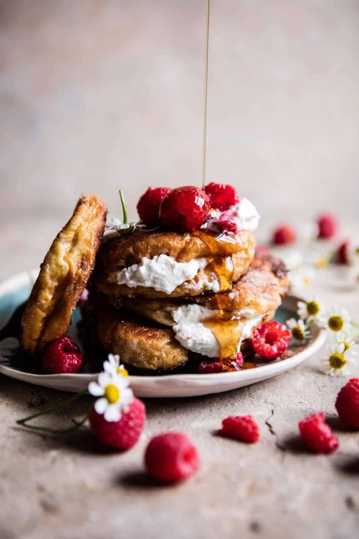 pfannkuchen mit frischkäse und himbeeren, was gehört zu einem brunch, honig