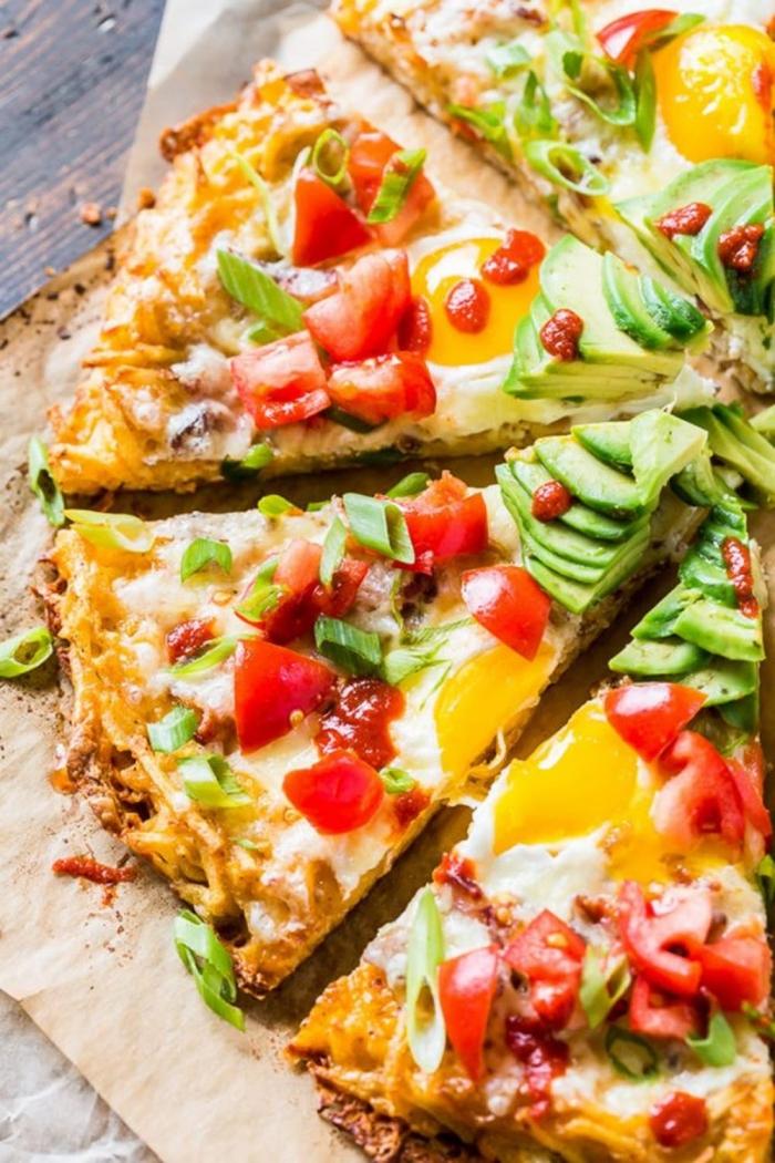 frühstück mit eiern, käse und cherry tomaten, was gehört zu einem brunch, avocado