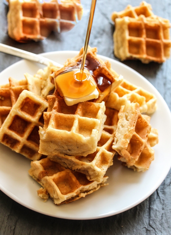 waffeln mit vanille garniert mit honig, was gehört zu einem brunch, frühstücksideen