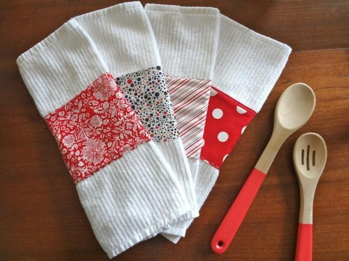 bastelideen für erwachsene, kleine küchentücher in weiß und bunten paletten, holzlöffel und gabel