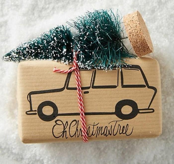 geschenke selber basteln, nette verpackungsidee ein weihnachtsbaum als deko zum geschenk und für das zuhause, verpackungspapier selber bemalen