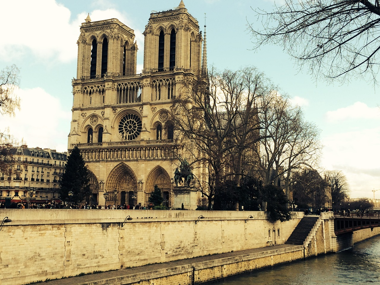 Notre Dame vor der Tragödie, ein schönes Gebäude, ein Teil vom Weltkulturerbe