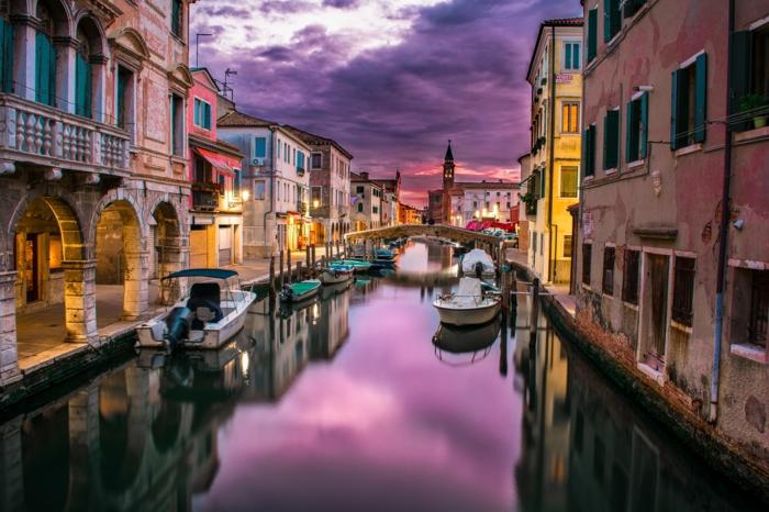ein Kanall in Venedig, ein Teil vom Weltkulturerbe, eine romantische Darstellung bei Sonnenuntergang