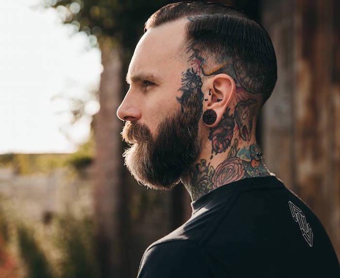 undercut männer mit übergang bart, tattoos, haare kurz und tattoos mit farbe darunter