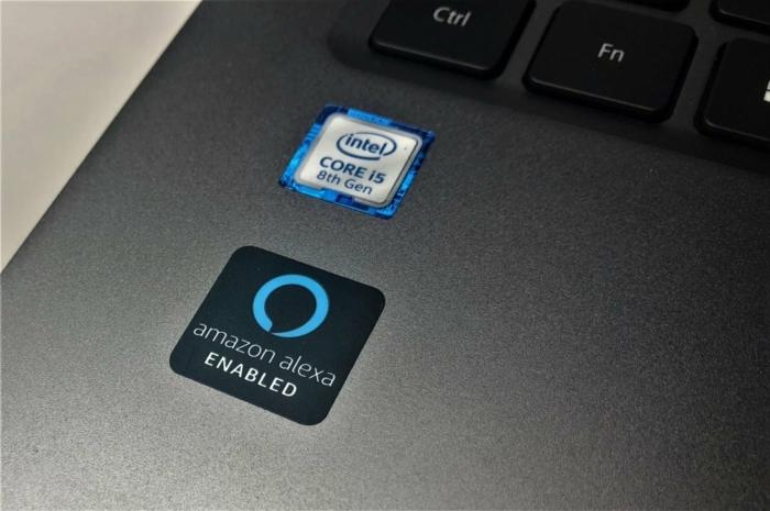 ein Windows Laptop mit zwei Stickers, Intelkern, Alexa App die jetzt verbessert wird