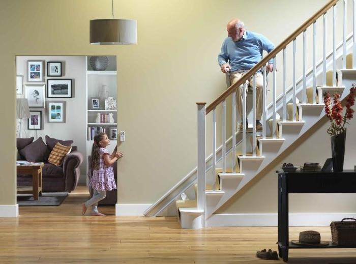 ein alter mann und weißer treppenlift