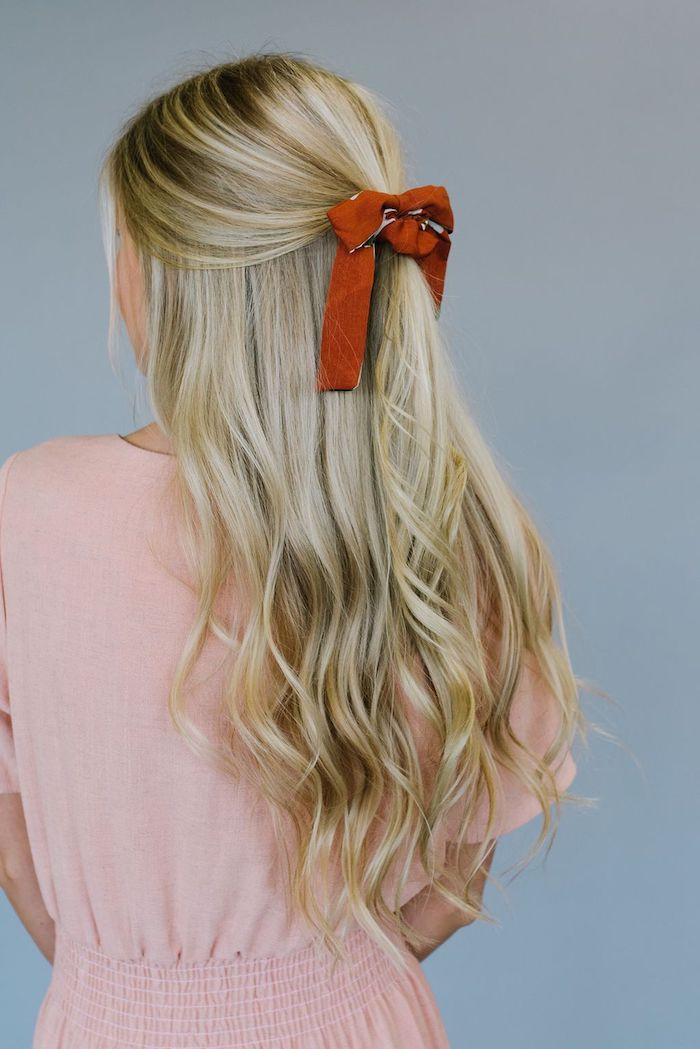 Halboffene blonde lange Haare, dunkelrote Schleife, Sommerkleid in Zartrosa