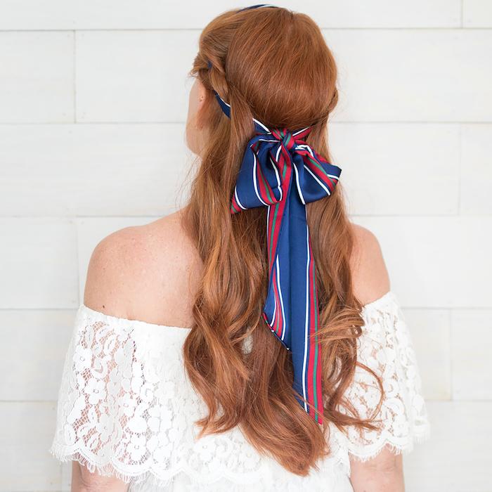 Halboffene lange gewellte Haare, Kupfer Haarfarbe, weißes schulterfreies Spitzenkleid, gestreiftes Haarband