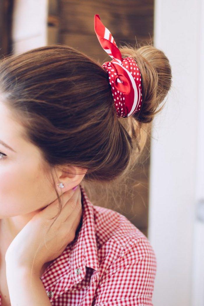 Schöne Frisuren für den Alltag, Dutt mit rotem Haarband, lange braune Haare, kariertes Hemd
