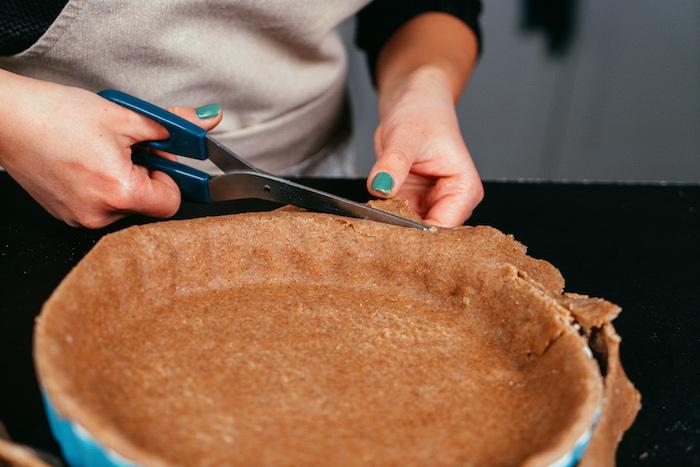 Mit dem Teig den Boden einer Springform auslegen, Apfelkuchen selber backen