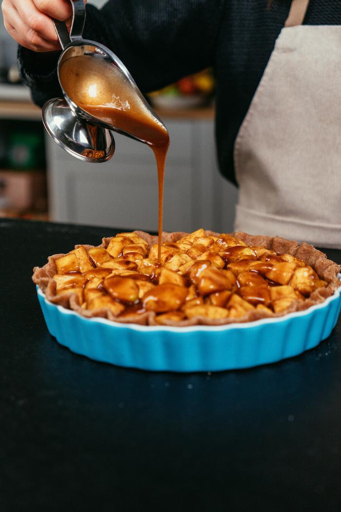 Karamell darüber gießen, Apfelkuchen Rezept Schritt für Schritt, Nachtisch Idee zu Weihnachten