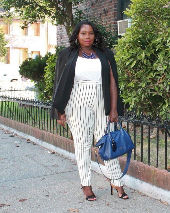 ausgefallene mode für große größen, dunkelblaue tasche, gestreifte hose, wieße bluse, schwarzer blazer