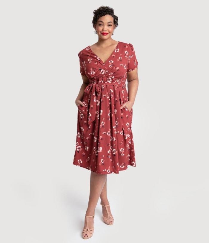 rotes kleid mit kurzen ärmeln, florames motiv, hellrosa schuhe, ausgefallene mode für große größen, kurze haare