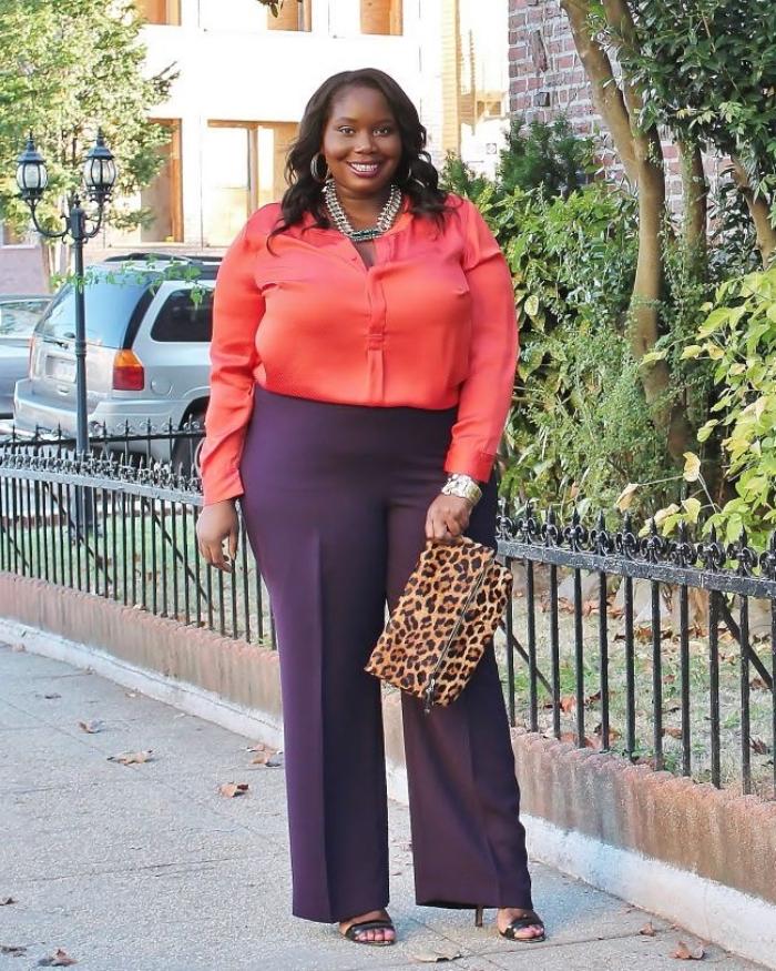 weite lila hose in kombination mit korallfarbenem hemd, arbeitsoutfit damen, ausgefallene mode für große größen