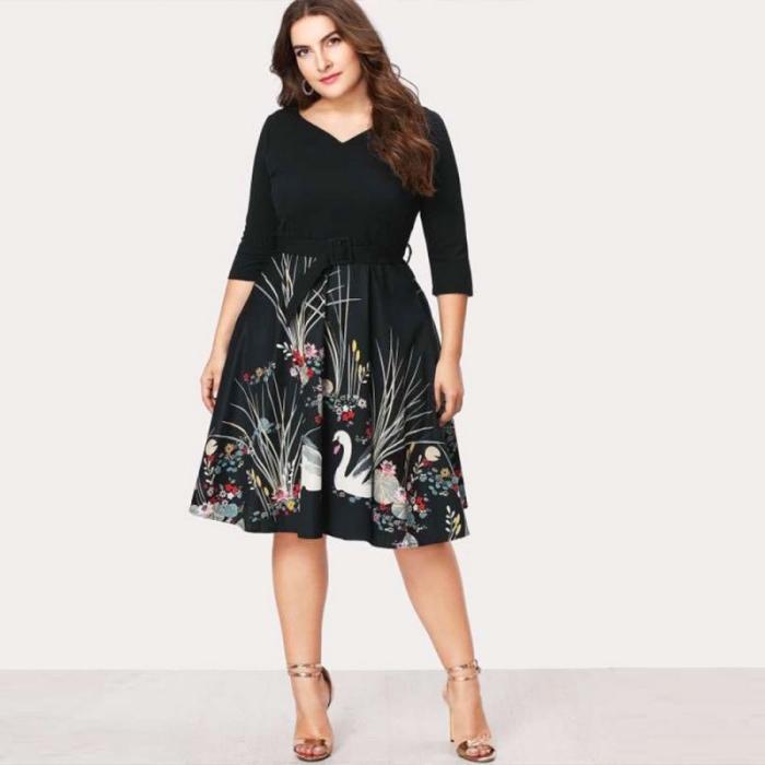 ausgefallene mode für große größen, rock mit floralen motiven, schwarze bluse mit langen ärmeln, silberne schuhe
