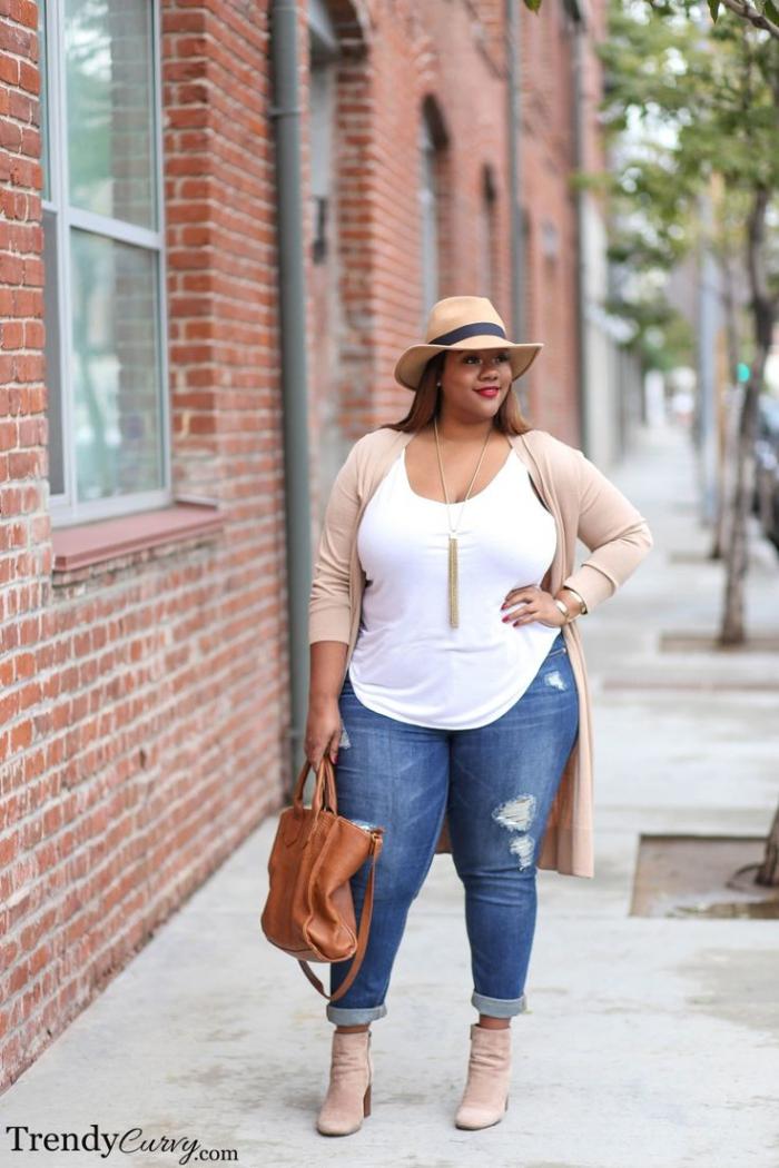 ausgefallene mode für große größen, dunkle jeans, weiße bluse, beige jacke, braune tasche, hut