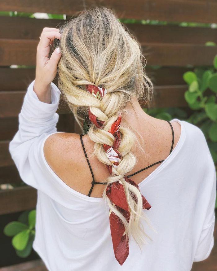 Kopftuch in Haare flechten, lange blonde Haare, weiße Bluse mit langen Ärmeln