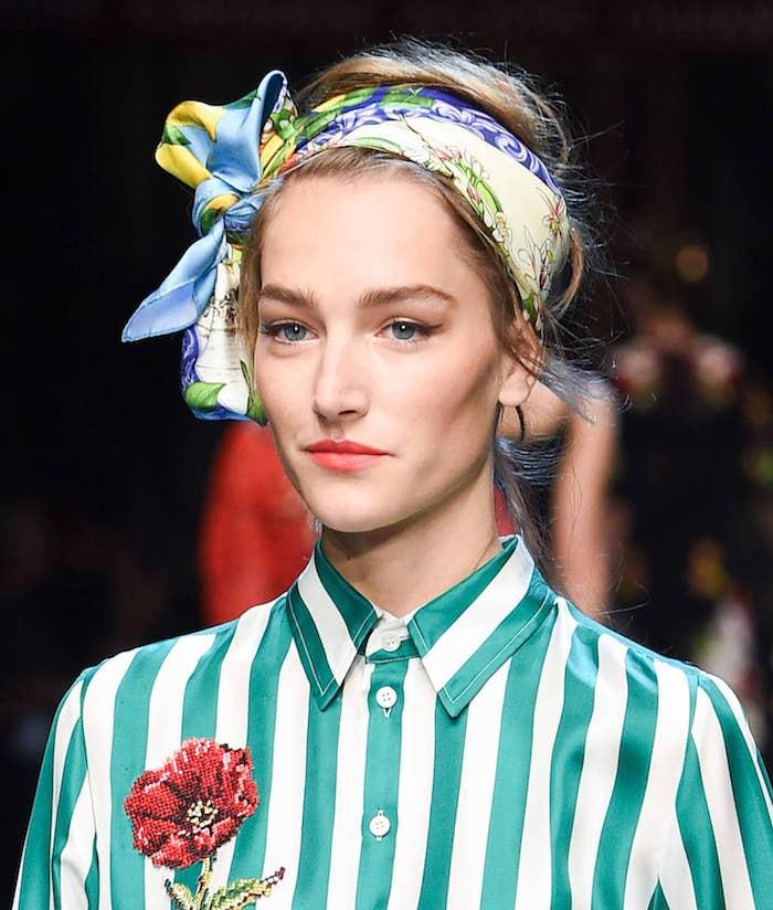 Gestreiftes Hemd in Weiß und Grün mit roter Rose, buntes Kopftuch, roter Lippenstift und schwarzer Eyeliner