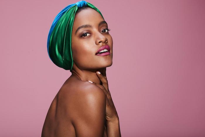 Kopftuch aus Satin in Grün und Blau, Bandana binden bei kurzen Haaren