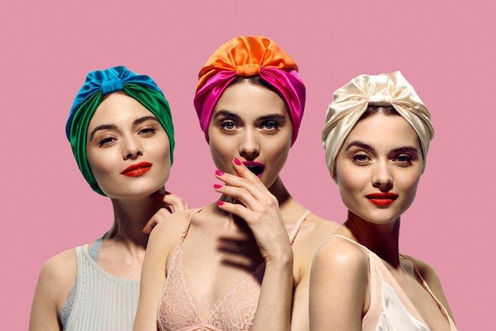 Bunte Kopftücher aus Satin, roter Lippenstift und schwarze Mascara, Retro Look