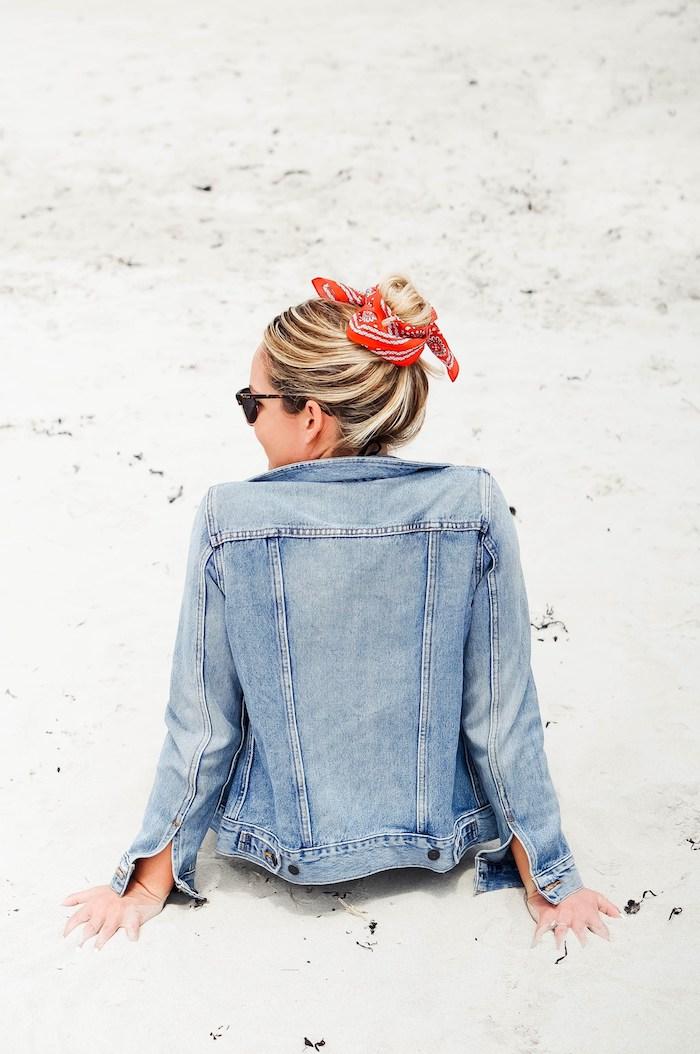 Messy Dutt mit Bandana, coole Frisur für den Alltag, Denim Jacke und Sonnenbrille