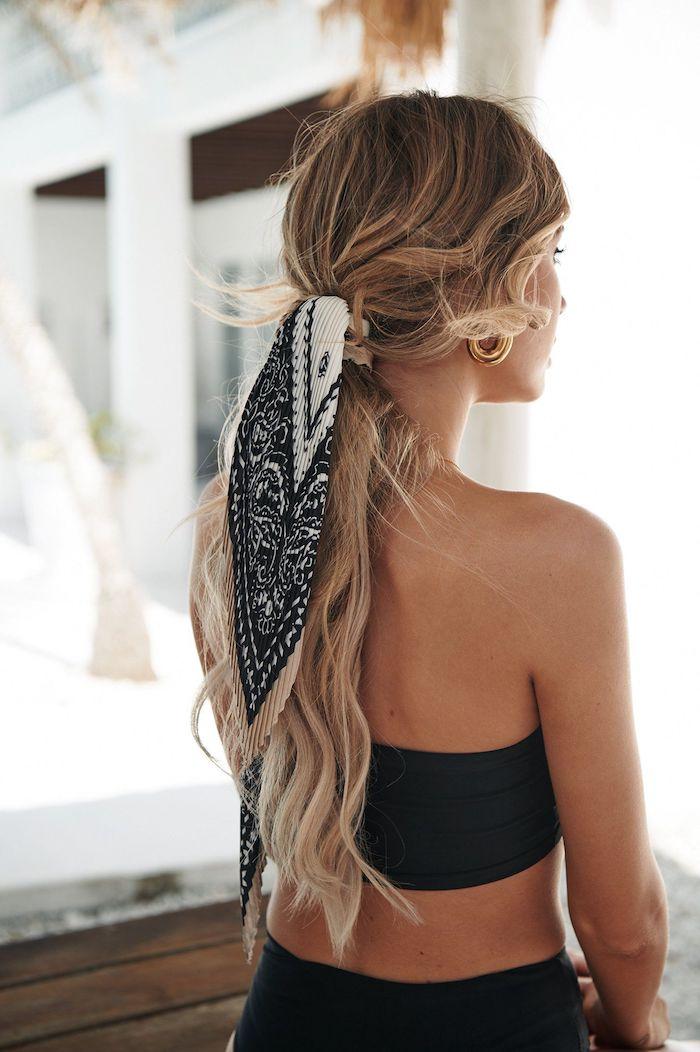 Niedriger Zopf, lange gewellte Balayage Haare, schwarzes Sommeroutfit, gebräunter Teint