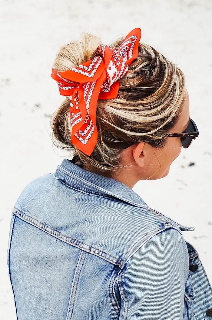 Messy Dutt mit rotem Kopftuch, lange blonde Haare, coole Frisur für den Alltag, Denim Jacke und Sonnenbrille