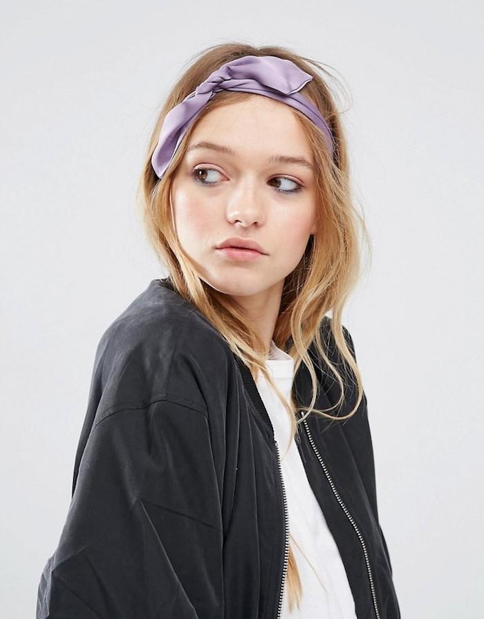Kopftuch binden Ideen, lila haarband, offene mittellange Haare, weißes Shirt und schwarze Jacke