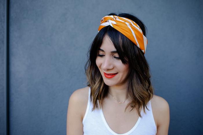 Bandana Frisuren zum Nachstylen, offene mittellange Haare, Haarband in Orange und Weiß
