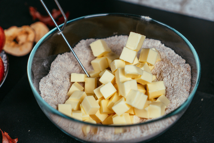 Mehl Salz und Butter in eine Schüssel geben und gut verrühren