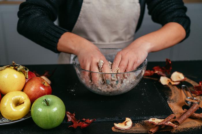 Die Masse zu einem glatten Teig verarbeiten, Apfelkuchen backen Rezept