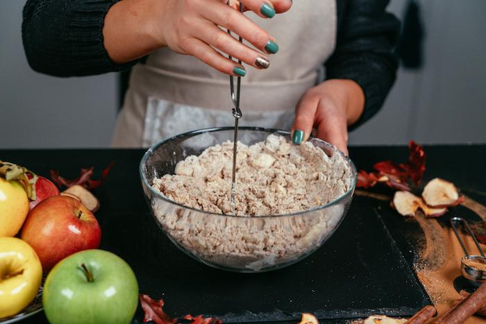 Alle Zutaten in einer großen Schüssel vermischen, Rezept für Apfelkuchen