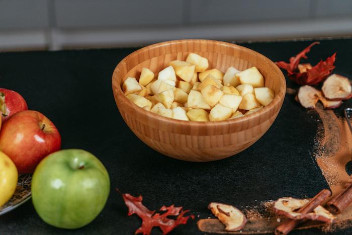Äpfel in kleine Würfel schneiden, Füllung für den Kuchen, brunch Rezept zum Ausprobieren