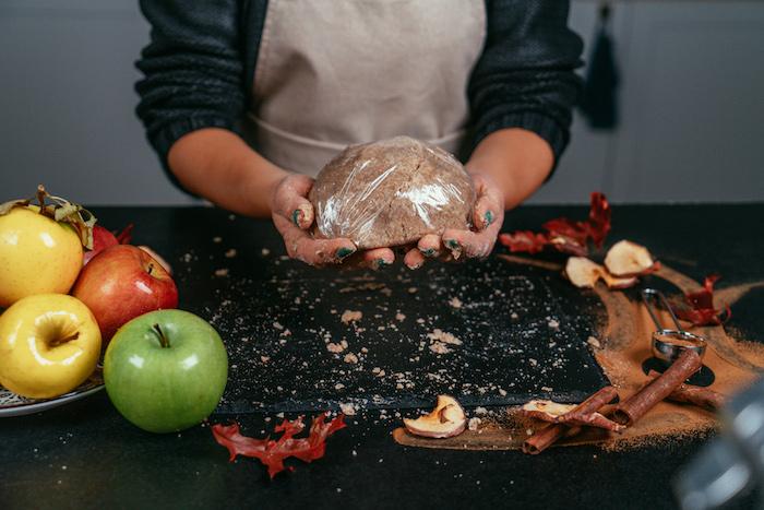 Den Teig für eine Stunde ruhen lassen, Apfelkuchen selber backen, Nachtisch zu Weihnachten