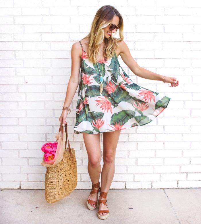 weites leichtes kleid aus chiffon, sommerkleid mit floralen motiven, coole outfits damen, braune schuhe, geflochtene tasche