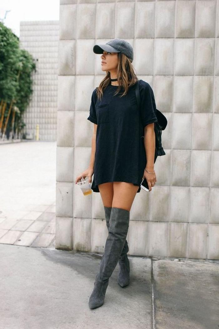 coole outfits damen, weites schwarzes langes t shirt, grauer hut, hohe stifel, frauenmode sommer