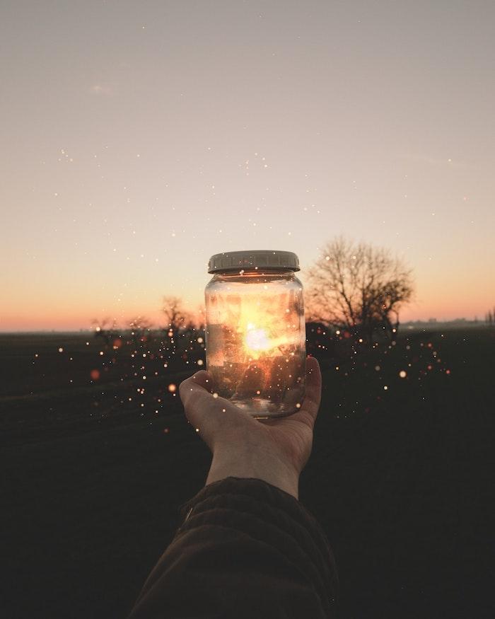 tumblr iphone backgrounds, idee für ein foto, das sie selber machen können, hand hält glas beim sonnenuntergang