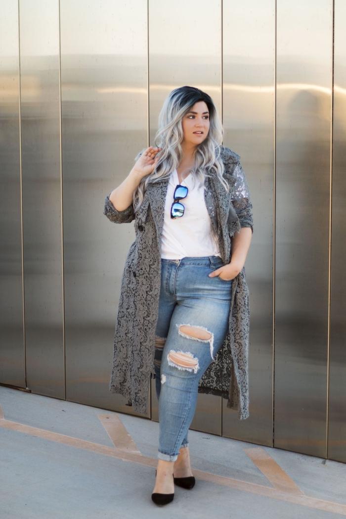 damenmode große größen, helle jeans in kombination mit weißer bluse und grauer strickmantel