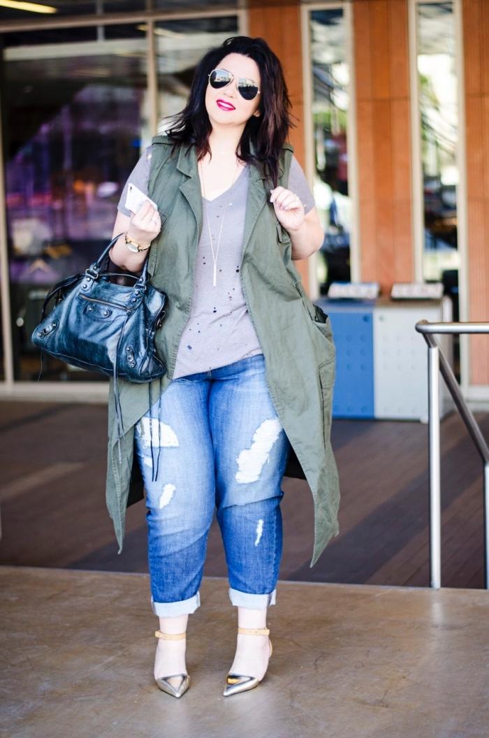 damenmode große größen, jeans in kombination mit rgauer bluse und grüner weste, sonnenbrille