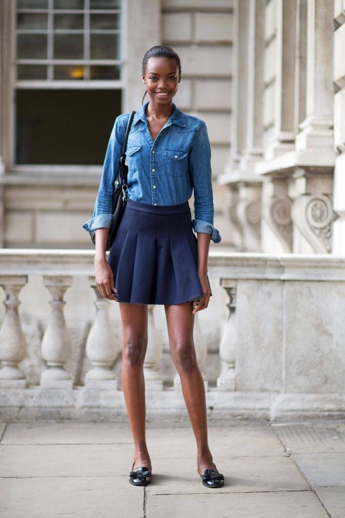 damenmode komplette outfits, weiter dunkelblauer rock, jeanshemd mit langen ärmeln, schwarze tasche und schuhe