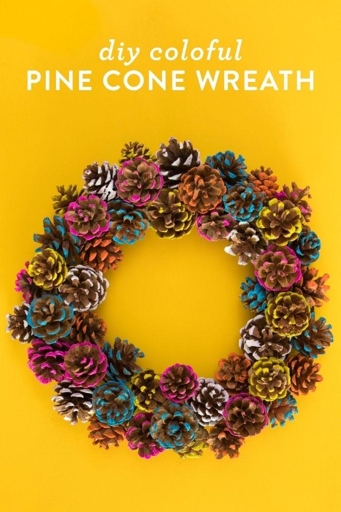 herbstdeko für draußen, ideen zum selbermachen, ein schöner kranz aus zapfen mit farben gestaltet