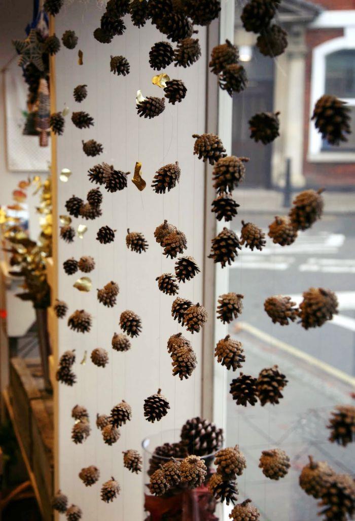 herbstdeko ideen, einen vorhang aus zapfen selber basteln, coole deko idee für das haus