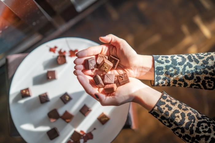 die besten geschenke zum muttertag, gemischte pralinen mit schokolade, geschenk für mutti
