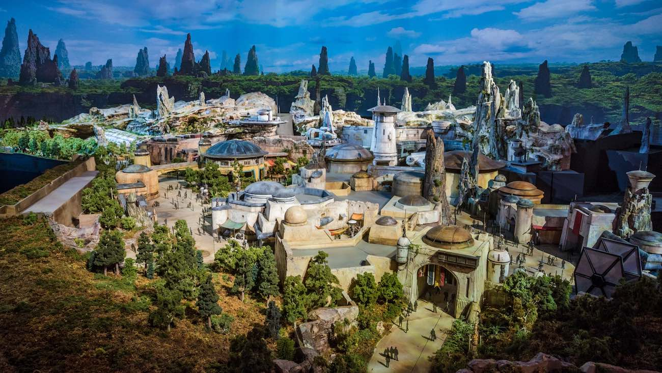ein Foto von dem ganzen Themenpark Disneyland Galaxys Edge, sieht wie aus den Star Wars