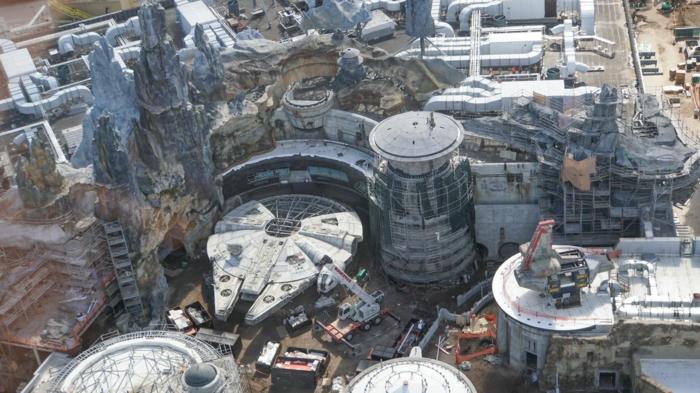 eine lebensgroße Makette von Millennium Falken, Disneyland Freizeitspark von Star Wars