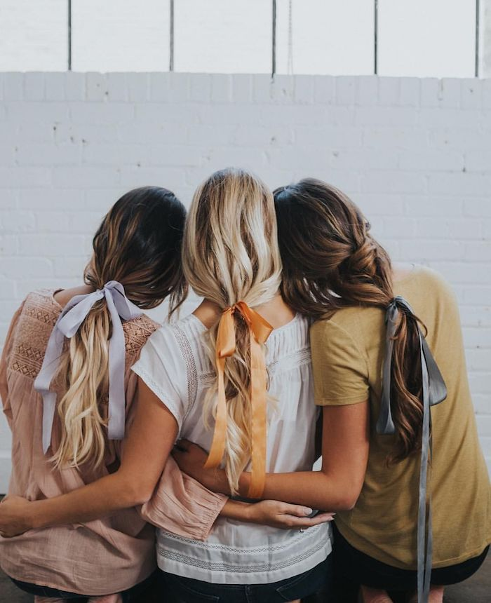 Drei Frauen mit langen Haaren, mit Haarbändern gebunden, lässige Frisuren für den Alltag