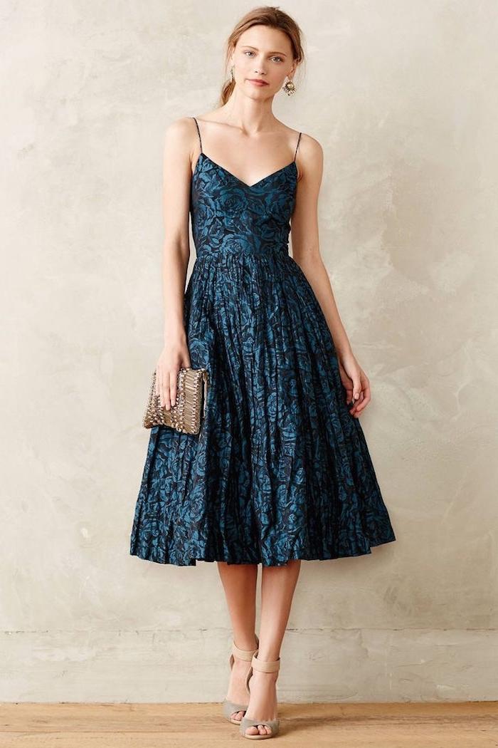 dunkelblaues kleid in a linie, abendkleid in schwarz und blau, kleine tasche, beige schuhe